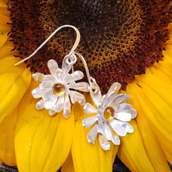 Mai daisy earrings